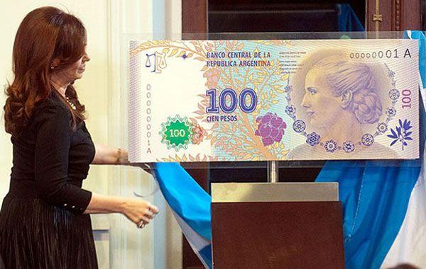 La presidente muestra el nuevo billete de 100 pesos con la cara de Eva Duarte