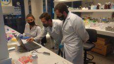 Los investigadores locales en plena tarea de secuenciación genética del virus.