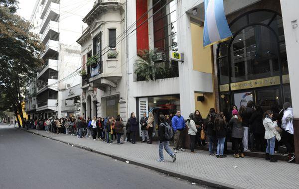 Largas colas frente al shopping Del Siglo