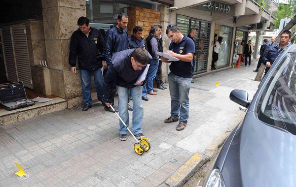 Los agentes policiales constataron los impactos de bala desperdigados frente a la constructora. (Foto: A. Celoria)