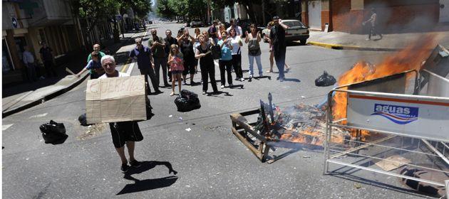 Los vecinos de los barrios protestaron en la calle por la falta de luz. (Foto: S. Suárez Meccia)