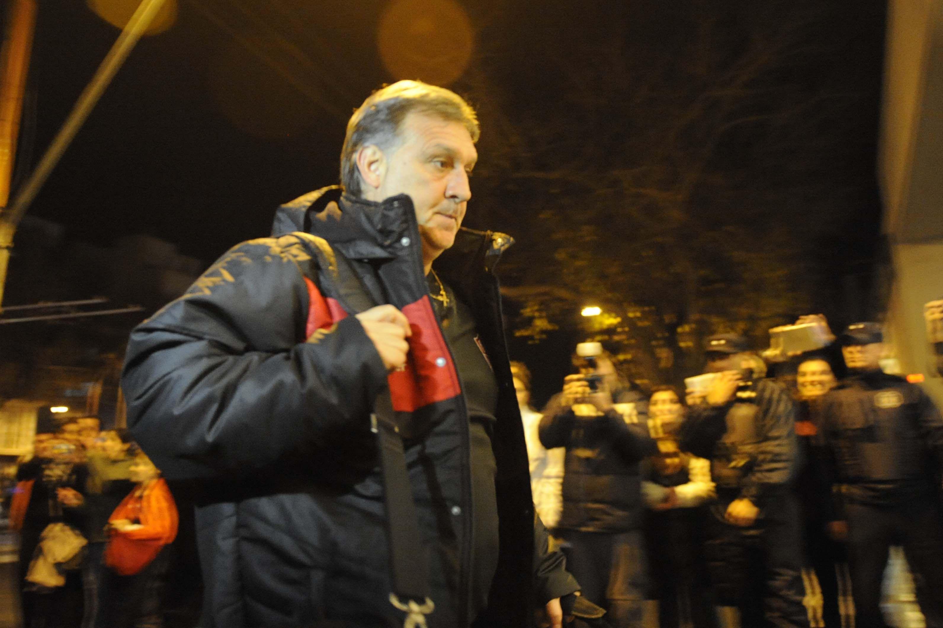 El Tata Martino en el arribo a Mendoza.