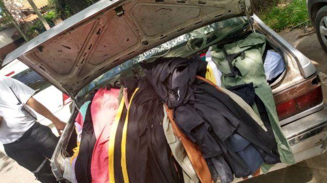 En el baúl del auto de las mecheras encontraron138 pares de lestes de sol y 81 prendas de vestir.