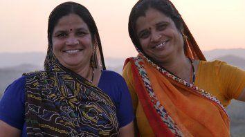 """""""Hermanas de los árboles"""" resume el sorprendente y conmovedor derrotero de una aldea de India a favor de las mujeres y una reacción a prácticas culturales arraigadas desde hace siglos."""