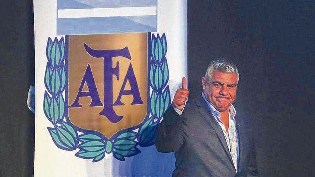 Pulgar para arriba. Tapia convenció a varios directivos para tratar de desligarse de la Superliga.