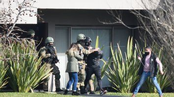 En junio del año pasado la policía allanó la casa de Pillín Bracamonte en el selecto country Los Alamos, de Ibarlucea, y halló 2,5 millones de pesos y 1.700 dólares. Su abogado lo atribuyó a la explotación de los taxis.
