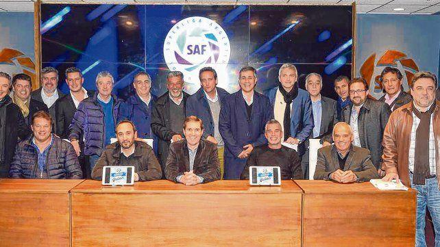 Carloni (6º desde la derecha arriba) en reunión de la Superliga.