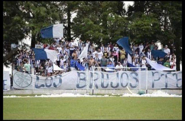 La hinchada albiazul.  Sus seguidores siempre están presente cuando juega el equipo de Sportivo en el estadio Santa Rosa.