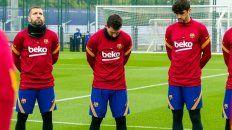 Messi y sus compañeros de Barcelona durante la emotiva ceremonia para recordar a Diego Maradona.