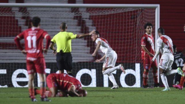 Braian Romero festeja su primer gol y Quintana sufre su resbalón desde el piso.