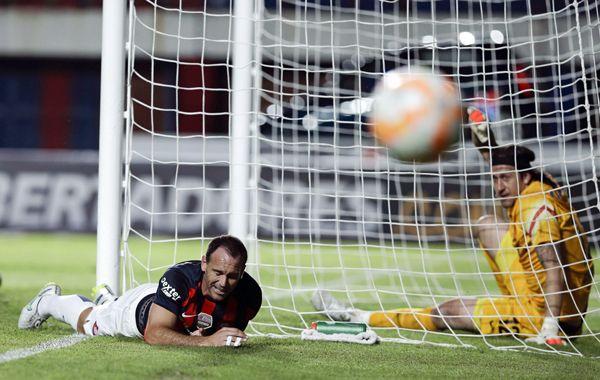 Matos se lamenta tras malograr una chance de San Lorenzo.