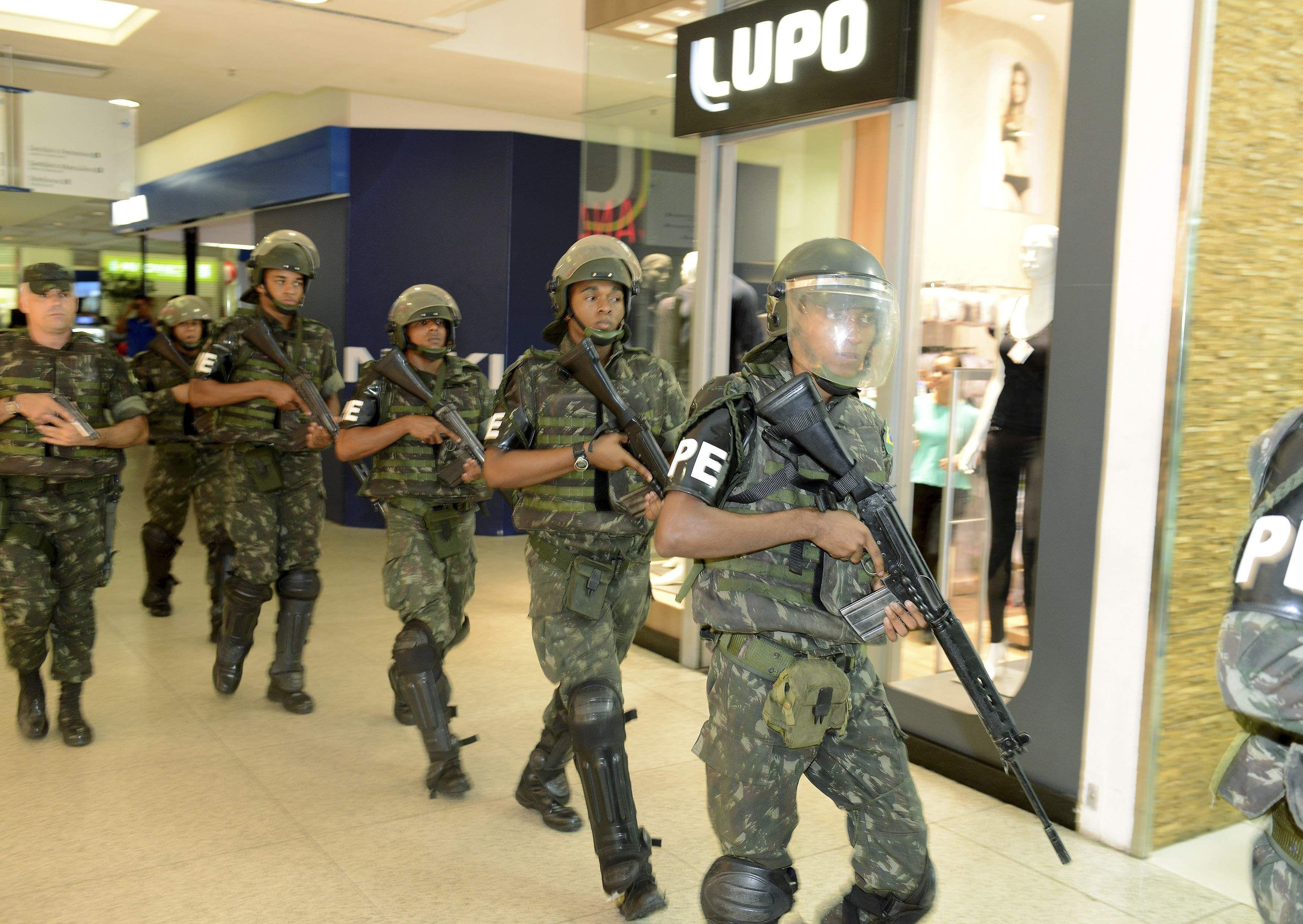 Fuerzas militares en un centro comercial de Salvador de Bahía.