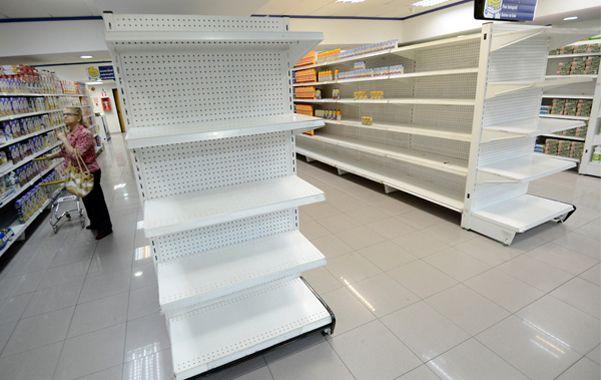 Desabastecimiento. Las góndolas se ven totalmente vacías en un supermercado de Caracas.