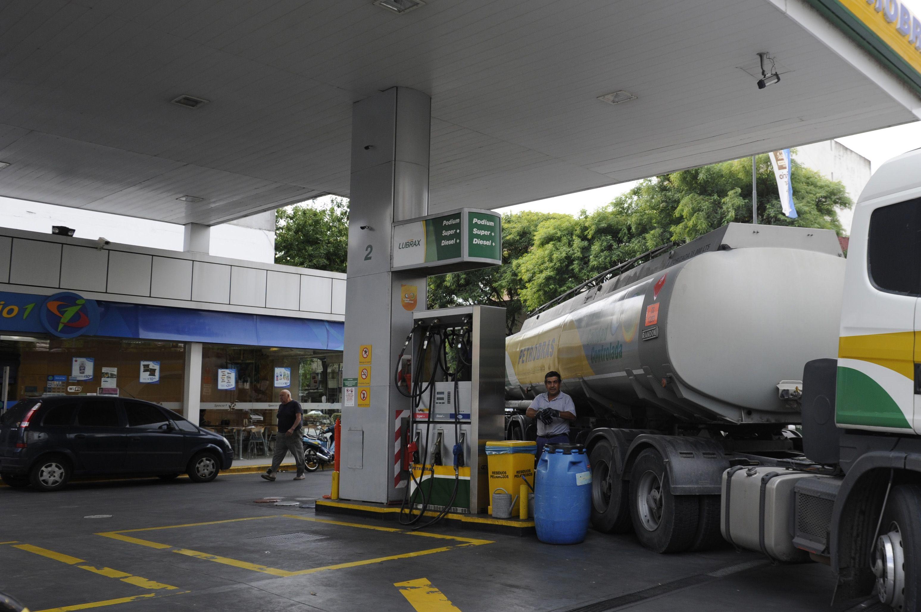 El gobierno provincial presentará hoy un proyecto para gravar con 32 centavos el litro de nafta.