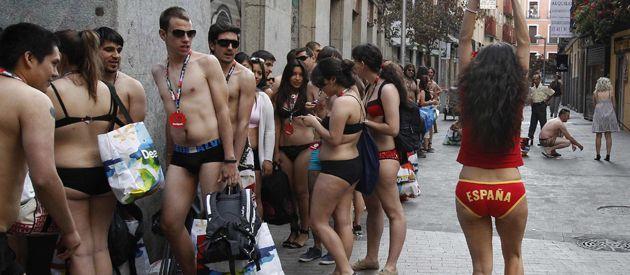 En la España de la recesión todo vale. Una tienda de Madrid decidió regalar prendas de liquidación a los cien primeros clientes que aparecieran en ropa interior. La convocatoria resultó un éxito.