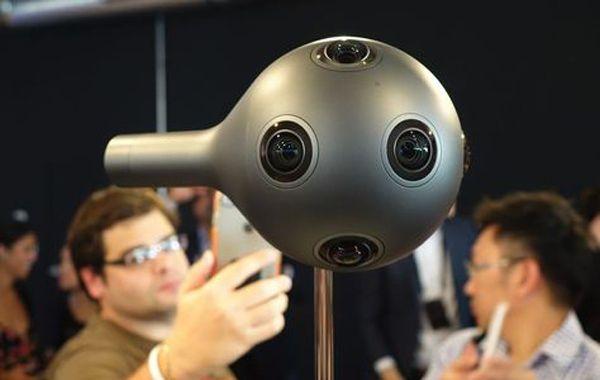 La cámara tiene ocho sensores sincronizados y captura audio gracias a sus ocho micrófonos integrados.