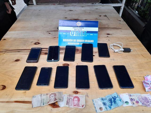 Los celulares que tenía la mujer detenida en Plaza Pringles. (Foto: vía Twitter @JoseljuarezJOSE)