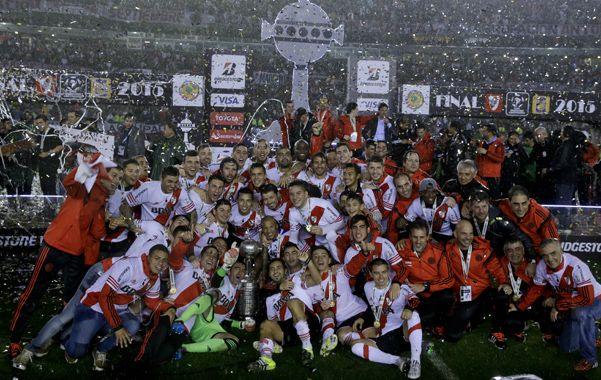 Alegría total. Los jugadores millonarios y el momento sublime: el merecido festejo junto a la prestigiosa Copa Libertadores de América en suelo riverplatense.