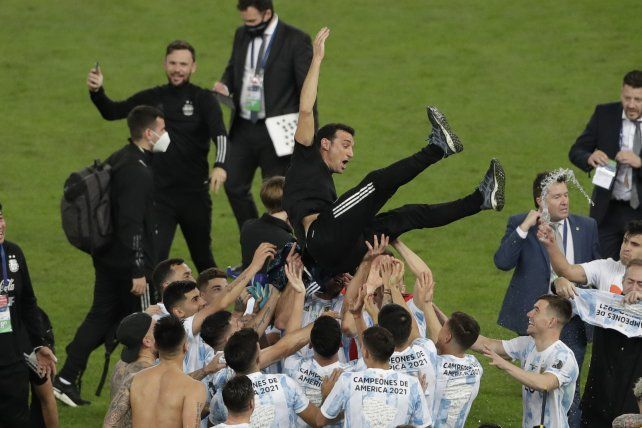 El entrenador Scaloni vuela por los aires tras la consagración en la final de la Copa América.