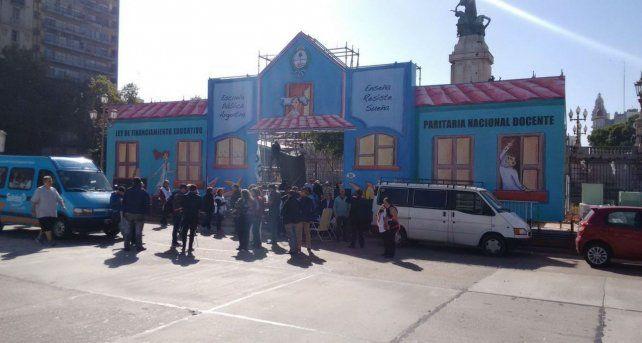 Inauguró el aula intinerante de la Ctera tras la represión policial del domingo pasado.