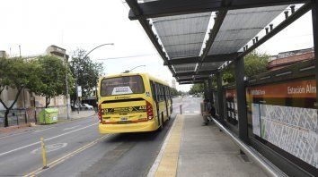 El metrobús de zona norte. El accidente fue a la altura de Almafuerte.
