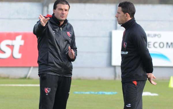 El DT dialoga con Maxi Rodríguez en una práctica.
