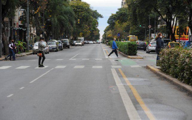 Una vista del tránsito en calle Pellegrini en el primer día de las medidas de restricción de circulación dispuestos por el gobierno provincial como una forma de reducir los casos de coronavirus.