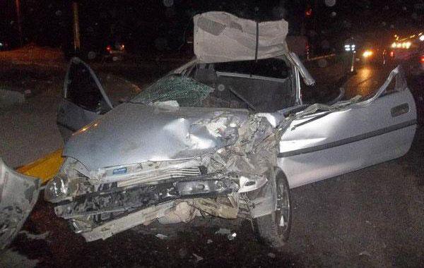 El Chevrolet Corsa chocó de atrás a un camión en un semáforo.