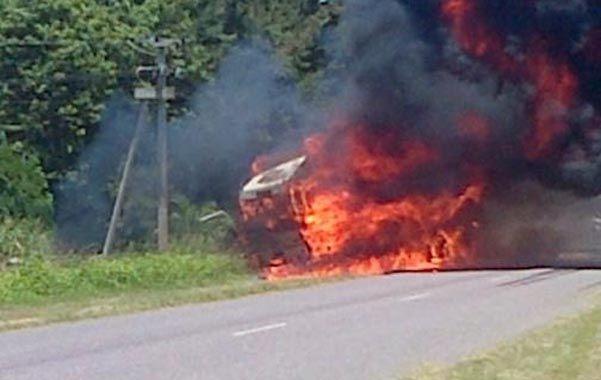 Las llamas sobre la ruta. El camión fue una trampa mortal para uno de sus ocupantes..