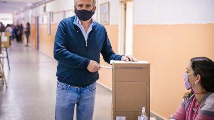 Agustín Rossi, precandidato a senador nacional por el Frente de Todos, votó en una escuela de barrio 7 de Septiembre.