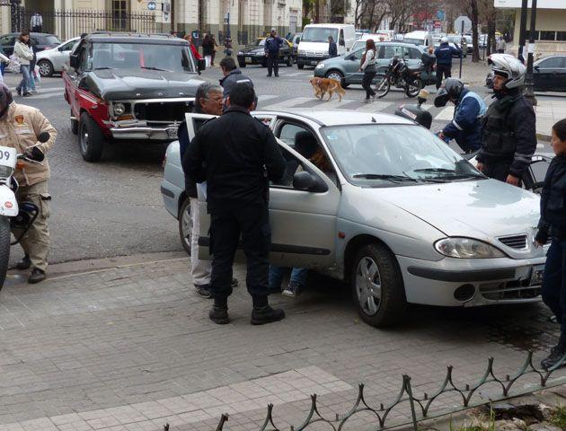 El Renault Megane que embistió al hpombre en la esquina de Oroño y Tucumán. (Foto: A. Amaya)