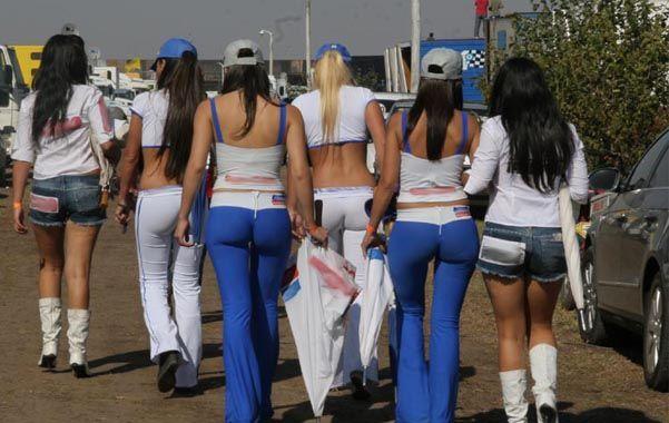 Miradas. Las bellas promotoras que se pasean cerca de los boxes es una de las prendas del Turismo Carretera.