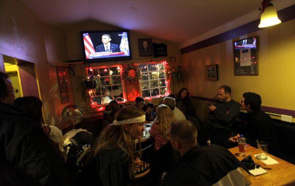 Comensales en un restaurante de Newton escuchan el discurso de Obama