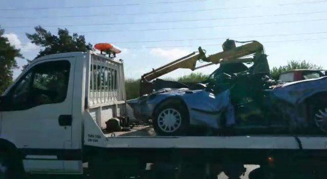 El auto aplastado por el camión quedó como si hubiera sido triturado en una compactadora