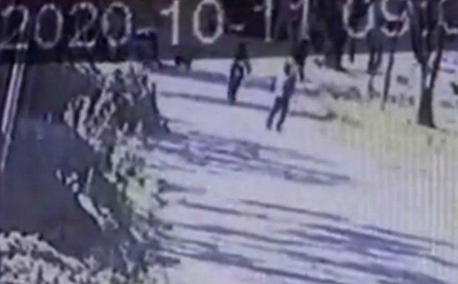 El momento en el que el dueño del utilitario mata al asaltante quedó grabado por una cámara de seguridad.