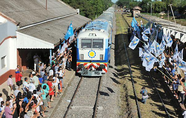 Cientos de personas aguardaron el paso del tren por la estación de San Nicolás. (Foto: Celina M. Lovera)