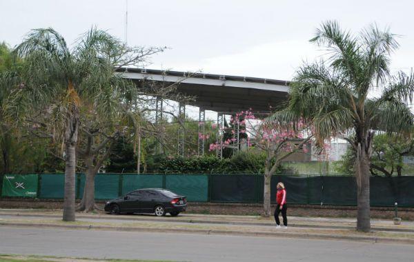 El polémico gimnasio impide la vista franca al río. (Foto de archivo: A. Amaya)