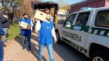 Desde el inicio de la Pandemia el gobierno junto con las fuerzas federales y el ejército, entregaron alimentos, elementos de limpieza y ayuda en distintos barrios de Santa Fe y de la provincia.
