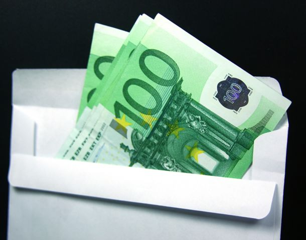 La mesa electoral prometió que el hombre podría recoger su dinero cuando la elección se terminara.
