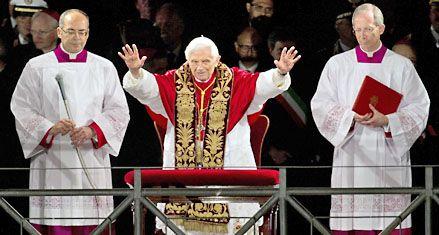 Benedicto XVI: Frente al dolor familiar miremos la cruz de Cristo