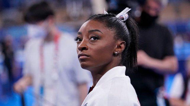 Simone Biles y la decepción reflejada en su rostro tras la renuncia a la final de equipos.