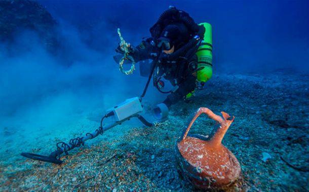 Vestigios. Una jarra intacta rescatada por uno de los buzos que trabajan en el sitio arqueológico heleno.