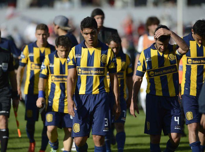 Rafael Delgado encabeza la salida del plantel canalla del campo de juego tras la derrota ante Independiente. (Foto: F. Guillén)