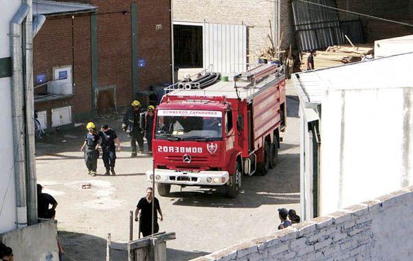 En acción. Los bomberos zapadores sofocaron el incendio el martes y ahora trabajan en las pericias.