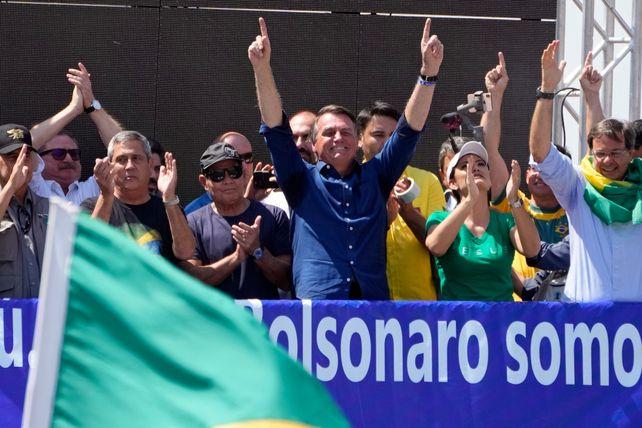 BRASILIA. El mandatario brasileño en el palco festeja frente a sus seguidores.