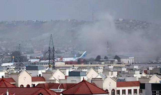 Atentado suicida fuera del aeropuerto de Kabul dejó al menos trece muertos