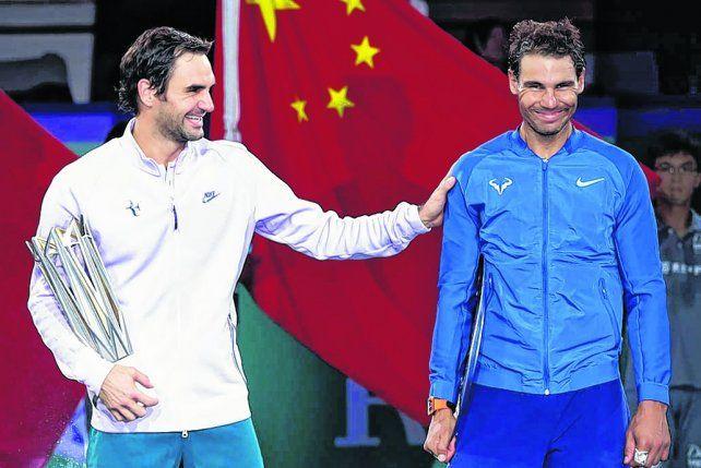 Buena onda. Federer bromea con Rafa en la premiación. A pesar de la derrota el suizo le sacó varias sonrisas al manacorí.
