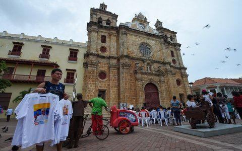 Plaza de la aduana. Remeras con la imagen del Papa frente a la Iglesia de San Pedro Claver