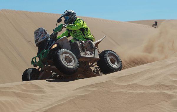 El joven piloto de 19 años persevera y resiste en la complicada prueba del Dakar.