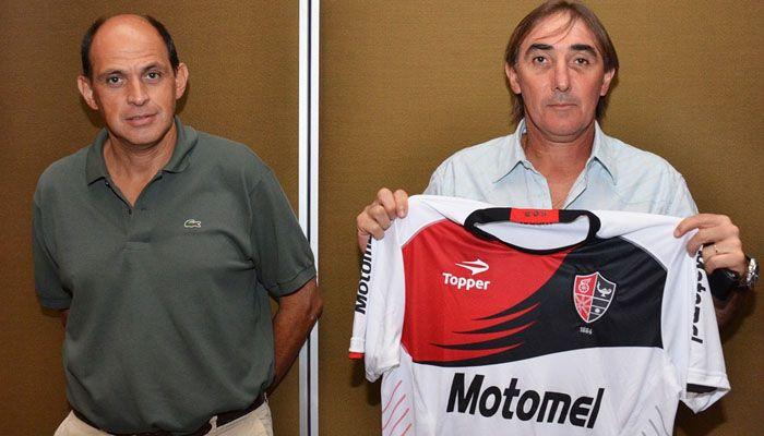 Rojinegra flamante: Martino estuvo en la presentación de la nueva camiseta de Newells
